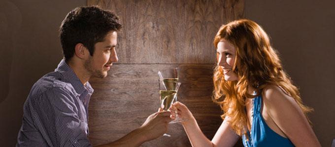 Date homme boit du vin consultant