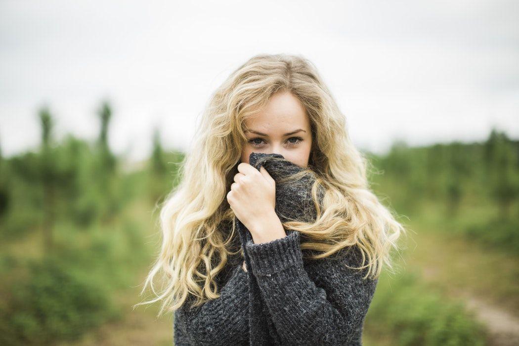 Flirter signes dune femme caline