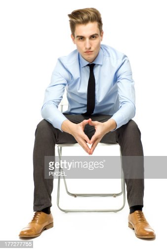 Homme assis seulement résister